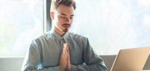 Atmung, Körpersprache, Atemübungen, Atmen üben, Mann konzentriert sich auf seine Atmung