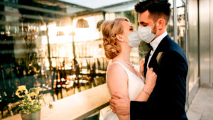 Rede Hochzeit Corona, Hochzeit Corona feiern, Hochzeit wegen Corona Absagen, Hochzeitspaar mit Mundschutz